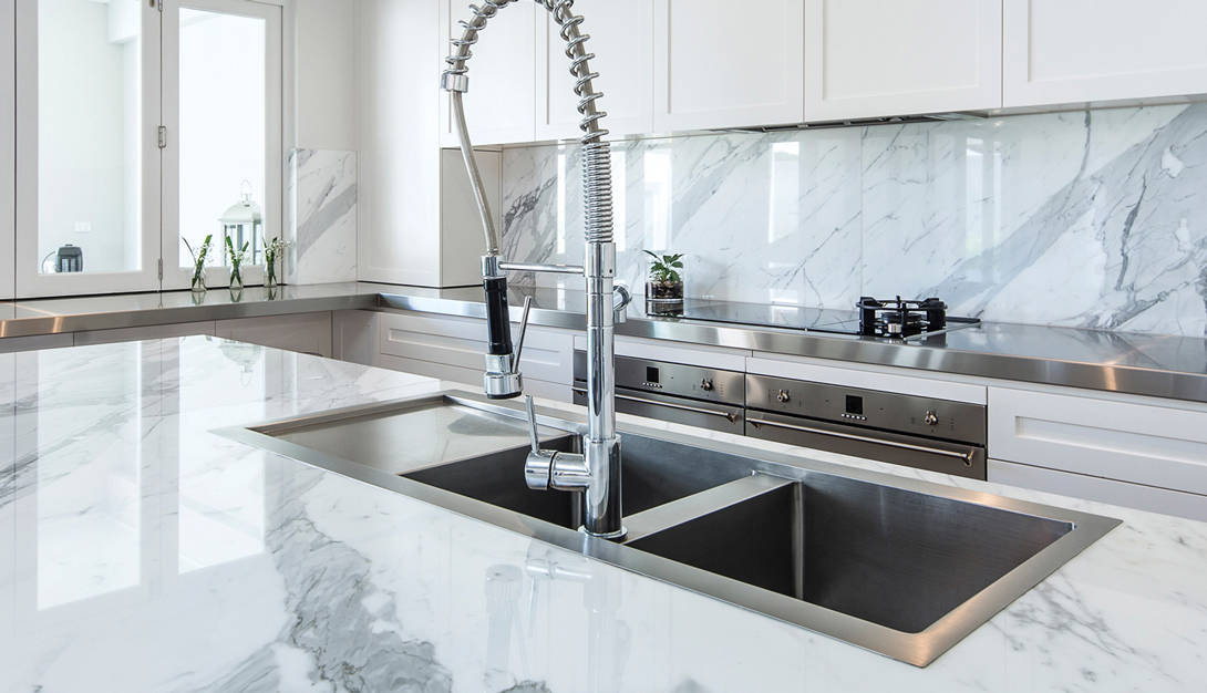 When you want to buy a kitchen sink mixer tap, the single-handle mixer tap is a good choice. It is quite easy and practical to use because it has only one handle.